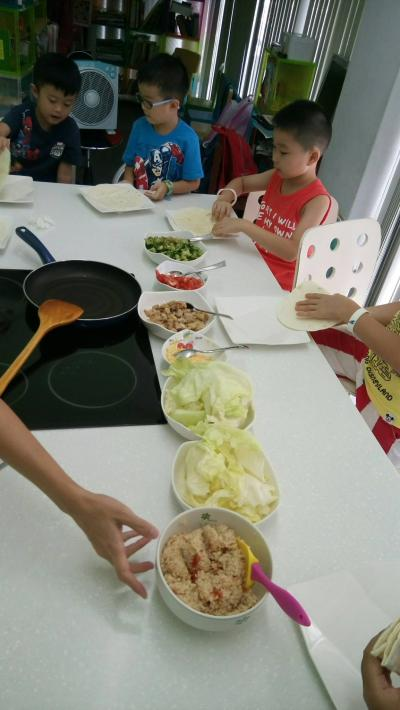 2016 Summer Vacation Activities - Week 5  Making our own lunch 自己做午餐